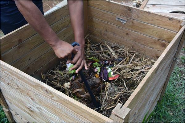 L'Humusation est donc une sorte de compostage – mais on ne met jamais de matières animales au compost ?